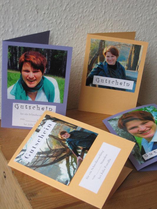 handgefertigte Gutscheinkarten mit Fotos von Julia Powalla und Gutschein-Text darauf