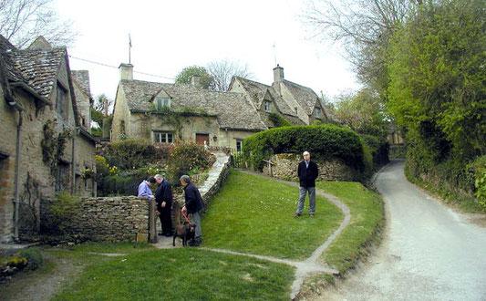 ※イギリスにあるコッツウォルズ地方では、石灰岩が豊富に産出する事から家や塀の建材として多く使われており、その素朴で美しい景観に観光客も絶えないそう。画像引用元:「コッツウォルズ」『フリー百科事典 ウィキペディア日本語版』