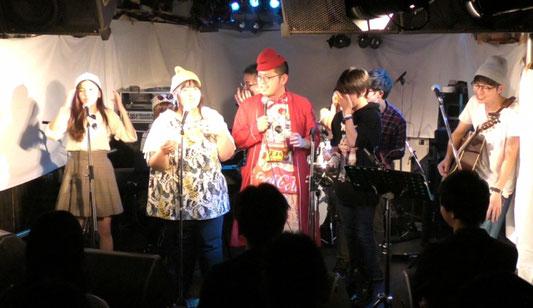 下北沢「ろくでもない夜」でのライブ中に、お客さんが感動してステージ上で泣いている場面