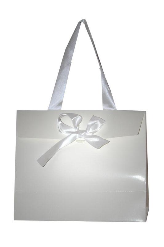 Geschenktaschen aus Papier weiß glänzend Lackoptik mit weißem Satinband und weißer Geschenktschleife Schleife
