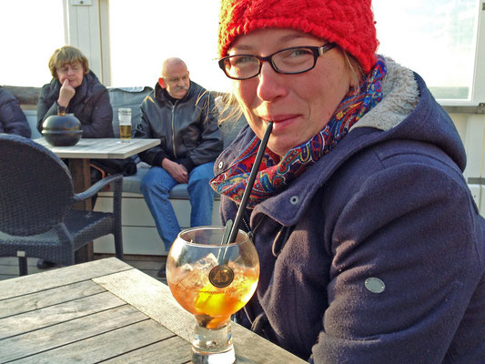 Und so genießen wir ein leckeres Getränk auf der Terrasse eines Strandpavillons.