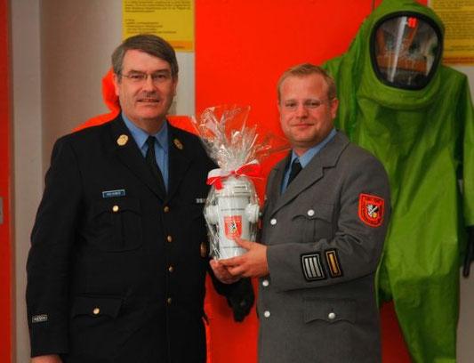 Kreisbrandrat Josef Vielhuber drückte die gute Zusammenarbeit mit der Feuerwehr in einem Geschenk aus.