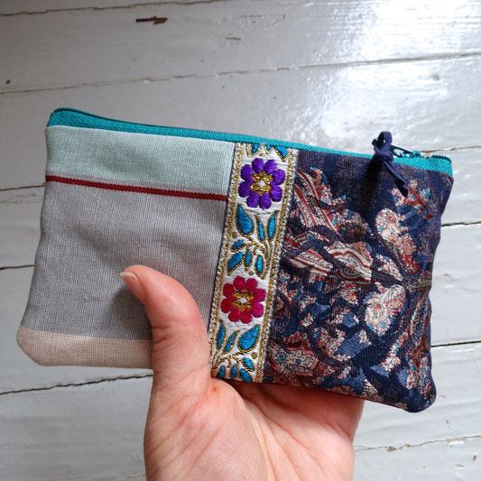 Une pochette pratique et coquette faite de retailles de tissus « vintage ».