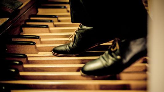 Orgelpedal mit Schuhen
