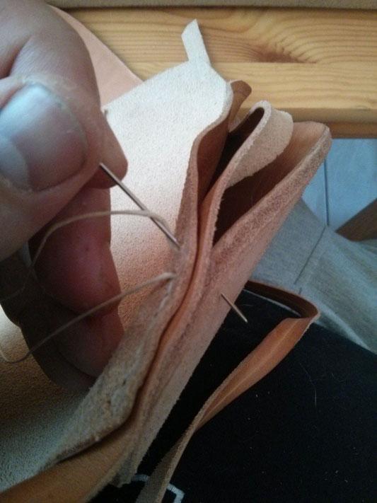 Couture de l'empeigne sur la semelle : enroulement du fil dans le point de sellier