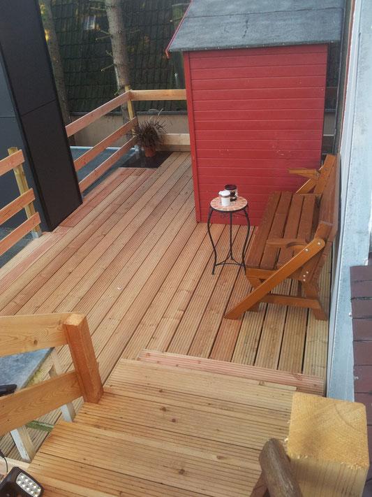 Die Dachterasse mit dem kleinen Holzhaus bietet nicht nur Rauchern einen gemütlichen Bereich.