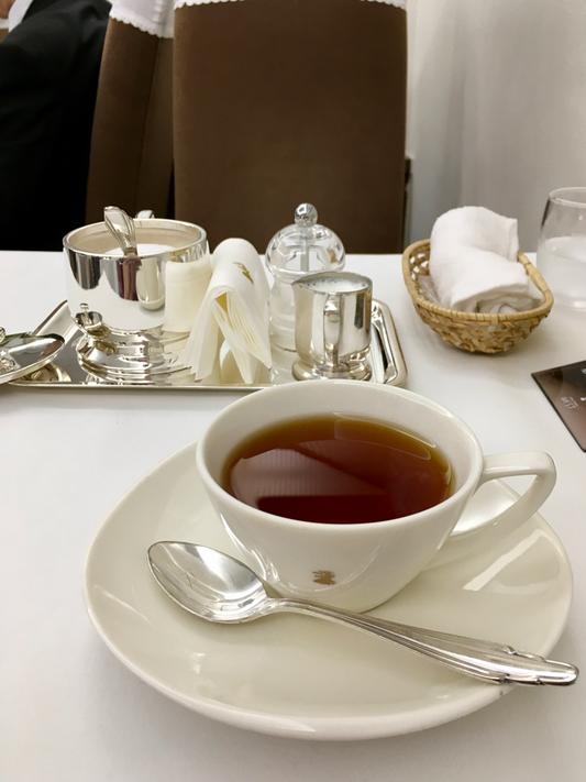 ぽってりとしたココア色のハイバックチェアは、お色も座り心地もこころ落ち着きます。コーヒーと紅茶はおかわりいただけます。今日は大好きなキーマン紅茶・・・2杯目はお砂糖と温めてくださったミルクをたっぷり、懐かしいお味になり至福です♥