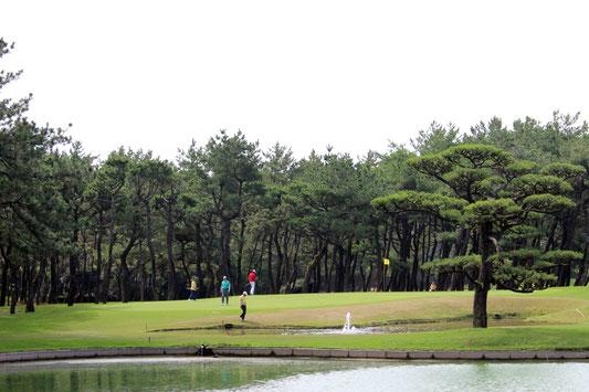 名門コースでのプレーを楽しむ参加者たち