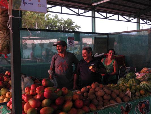 Auf der Obstmesse in Orotina: Unser netter Busfahrer Rafa (in der Mitte)