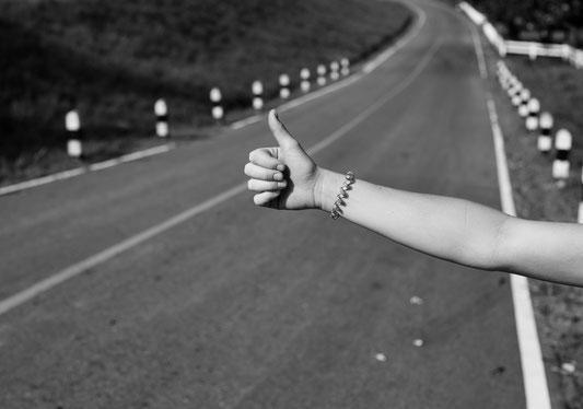 Eine Geister-Tramperin hält Fahrzeuge an, nur um dann während der Fahrt wieder spurlos zu verschwinden. Was möchte sie damit bezwecken?