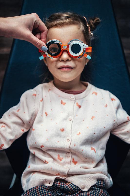 Kind beim Augenoptiker mit Messbrille
