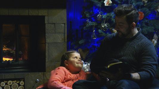 Wie dieser Vater lesen viele Eltern ihren Kindern die Weihnachtsgeschichte vor oder erzählen sie.