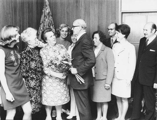 Bürgermeister Willi Lantermann gratuliert den Siegerinnen des Blumenbalkonwettbewerbes 1972 (re. Elmar Sierp).