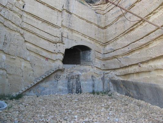 Una de las entradas a los antiguos depósitos de CAMPSA, en las entrañas del Cerro de San Julián