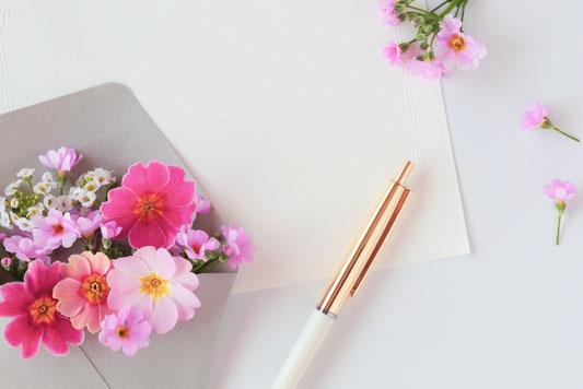 バインダーファイルとカラフルなガーベラの花たち。