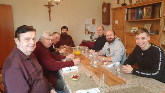 Die Mittagsgesellschaft: Peter, Séra Method, Séra Patrick, der Bischof, Séra Jakob, Séra Rafal und Lorenz (Foto: Cielos)