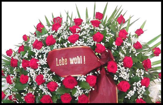 Trauerkranz mit roten Rosen und Schleife