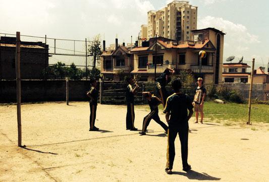 Unser Volleyballfeld ist die neueste Attraktion in Dhapasi.