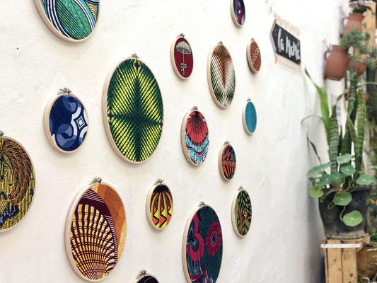 Décoration murale artisanale et originale en tissus africains