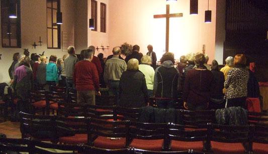 Die Chormitglieder haben sich in ihrem neuen Probenraum in der ev. Christuskirche getroffen. Eine schöne Atmosphäre und tolle Akustik.