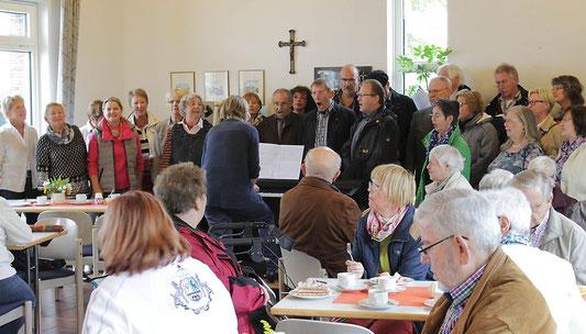 Die Sängerinnen und Sänger der Chorgemeinschaft '82 singen im Pfarrheim St. Marien - Foto: Antje Pflips