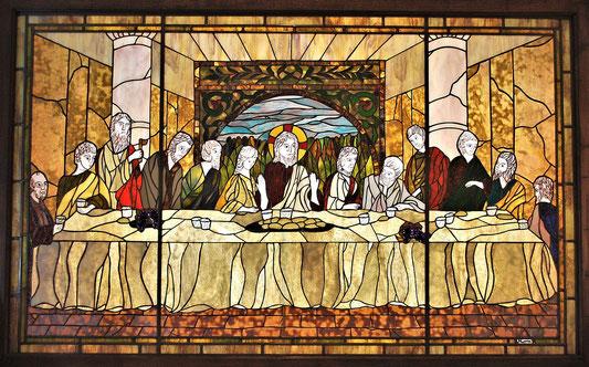 【 旭東教会の集会室に設置されているステンドグラス 「最後の晩餐」 】(下村満智子作)