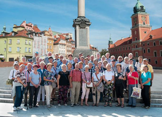 Die Gruppe vor der Sigismundsäule auf dem Platz Zamkowy in der Altstadt von Warschau | Foto: S. Broschinsky