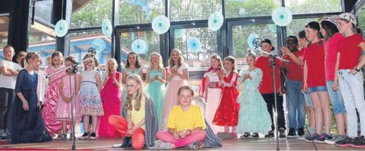 Ende gut, alles gut: Prinzessinnen, Banditen, Wächterinnen und Steinfiguren feiern gemeinsam ihr Wiedersehen im Theaterstück der Cornelia-Funke-Schule. FOTO: JUTTA OCHS