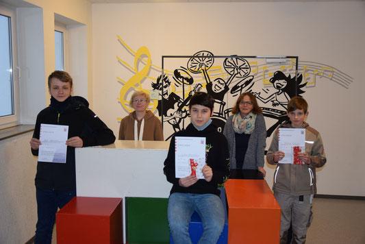 Nils Schmittmann, Lehrerin Dr. Anette Bieller, Lukas Bisembaev, Lehrerin Jessica Ysop, Patrick Schäfer. Der Mund-Nase-Schutz wurde lediglich für das Foto auf Abstand abgenommen.