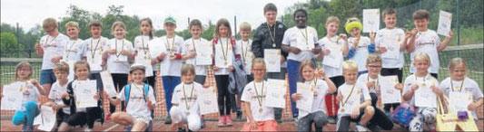 Mit Urkunden und Medaillen ausgestattet: Die zweiten Klassen der Cornelia-Funke-Schule nahmen beim Tennisclub Gemünden am Grundschulcup teil. Foto: Paul