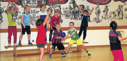 In Bewegung: Die Schüler der Klasse 2 der Cornelia-Funke-Schule haben sich daran gewöhnt, dass der Sportunterricht nun im DGH Sehlen stattfindet. Sie haben dort weniger Platz zum Toben als sonst in der Sporthalle Gemünden, doch der Spaß ist geblieben.