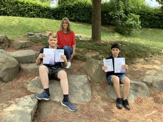 Die Kreissieger der 2. Runde im Mathematikwettbewerb der Jahrgangstufe 8: Lukas Schmittmann und Lukas Bisembaev mit Schulleiterin Doris Bechold