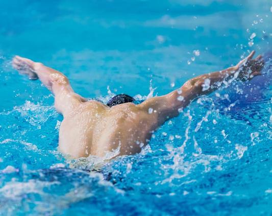 水泳のトレーニングをする男性