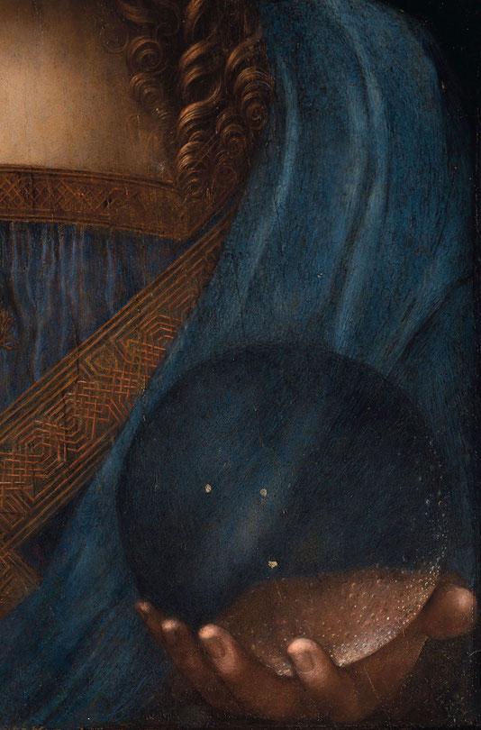 透明な球体を通して見える変化した左手の手のひらは、不自然だが逆にレオナルド作品であることを示すエビデンスであるかもしれない。
