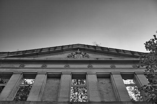 Sassnitz Dwasieden Marstall Fassade Rügen Mecklenburg Vorpommern Lost Place vergessen Orte fotografie geschichte heimat schwarzweiß Kalter Krieg Weltkrieg