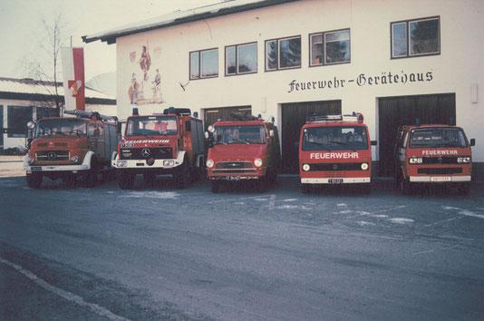 Feuerwehrgerätehaus mit Einsatzfahrzeugen 1990