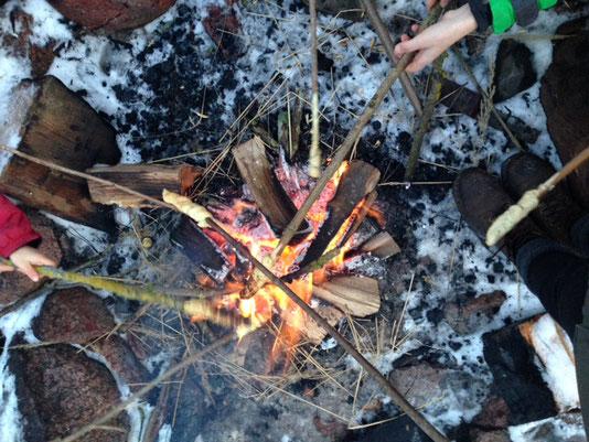 Stockbrot überm Feuer auf dem Strazehof
