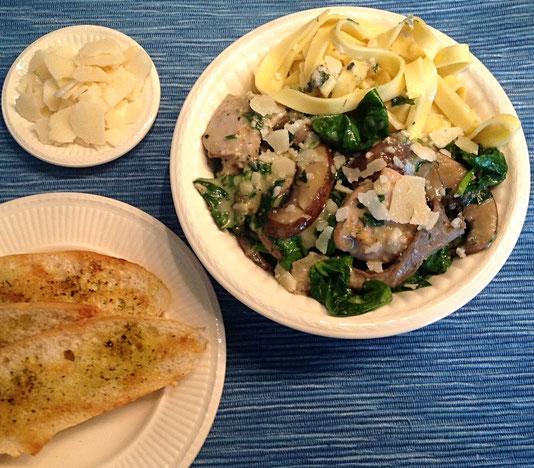 Kip met paddenstoelen en spinazie in een kruidenroomsaus, Parmezaanse kaas en knoflookbrood.