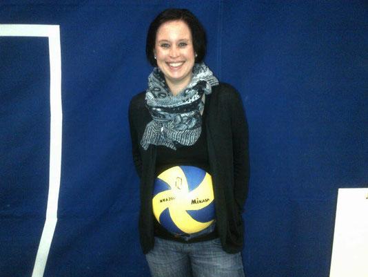 Eine Babybauchbemalung als Volleyball