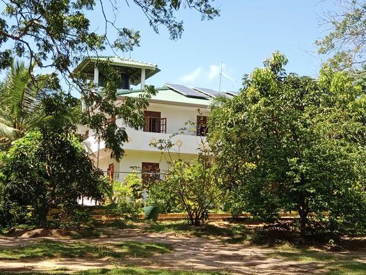 Eliya Kindergarten mit Erzieherin Geetha und Praktikantin.