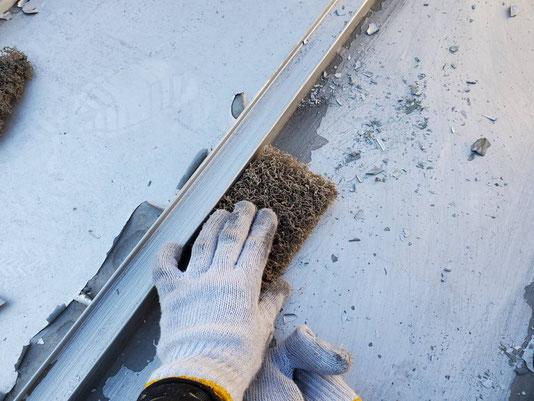 養老町、大垣市、平田町、南濃町、海津町、上石津町、輪之内町で屋根塗装工事中の屋根塗装工事専門店。養老町大場で屋根塗装工事/屋根瓦棒のケレン作業中