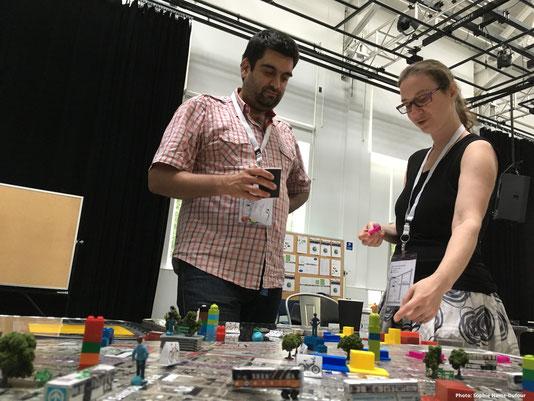 François P. Robert de l'UQAM et Élise Naud de l'OCPM. Démonstration d'un atelier créatif - Carte et maquette de l'OCPM à la 17e Conférence de l'OIDP