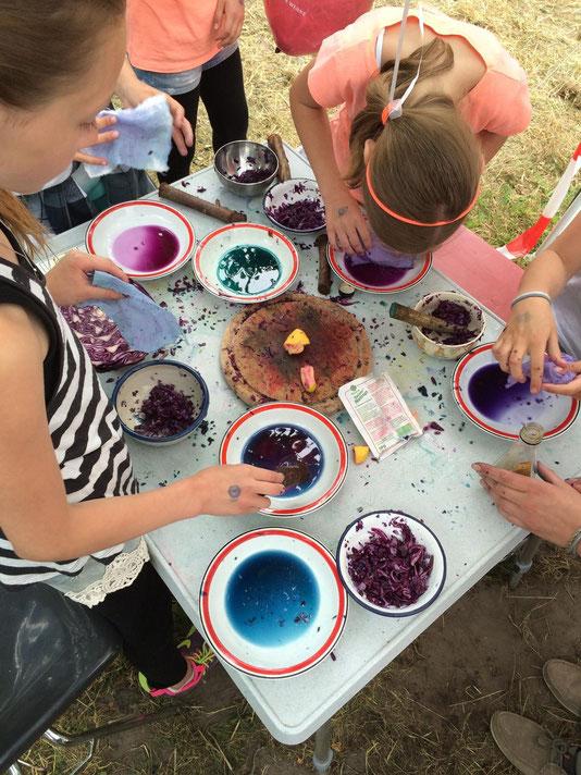 Aus Pflanzen Farben herstellen - ein tolles Erlebnis für Kinder und Jugendliche