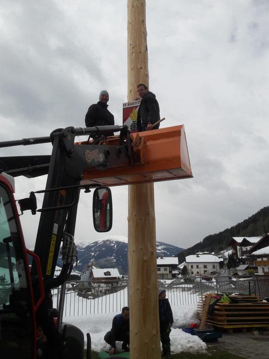 KDT Rinner Hannes und der Maibaumspender Mag. Lusser Peter beim Anbringen der Feuerwehrtafel