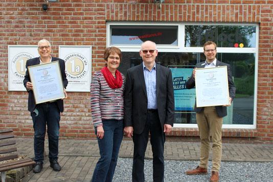 1a Fachhändler Rainer und Heidi van Haren, mit dem 1. Vorsitzenden Petzer Driessenund dem Bürgermeister Reinders.