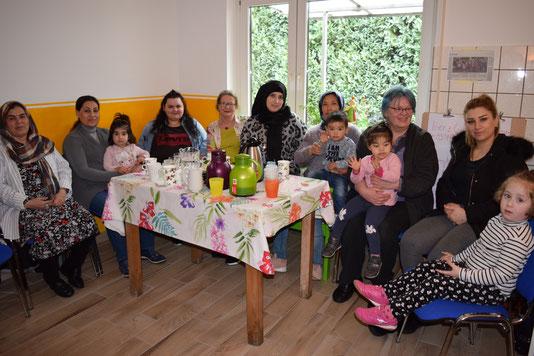 Migrantinnen treffen sich vor dem Ausdrucksmalen in der Küche