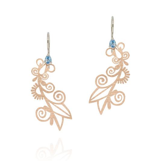 fata-morgana-floral-ornament-ohrringe-blauer-zirkon-rosegold-pauline-herzog-goldschmiede-atelier-herzog