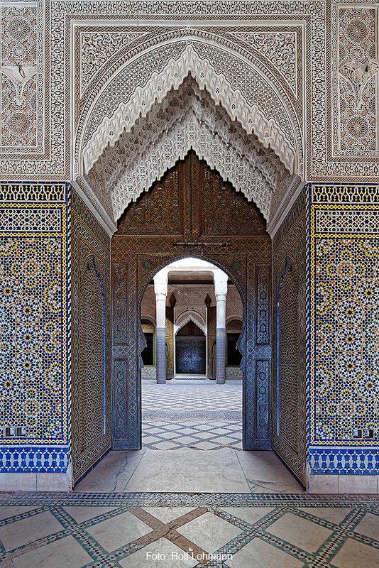 Prunkvoll ornamentierter Durchgang in der Kasbah von Telouet, Marokko. Aufgenommen mit der Sony Alpha 7R mit Canon TS-E 17 mm Shift. Copyright 2014 by Rolf Lohmann