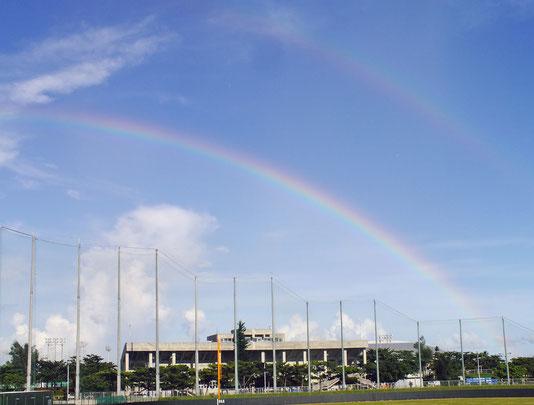石垣島東側の空で二重に架かる虹が出現した=30日午後5時30分ごろ、市中央運動公園