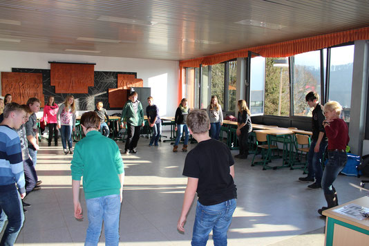 Mit Spaß bei der Sache ... Teilnehmer der Skifreizeit trainieren mit Lehrerin Karin Michna-Karpf für die Skifreizeit in Gerlos (Österreich).